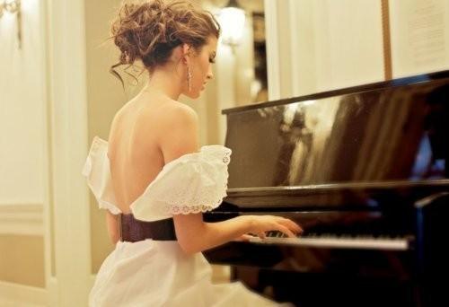 femme, piano, robe, décolleté
